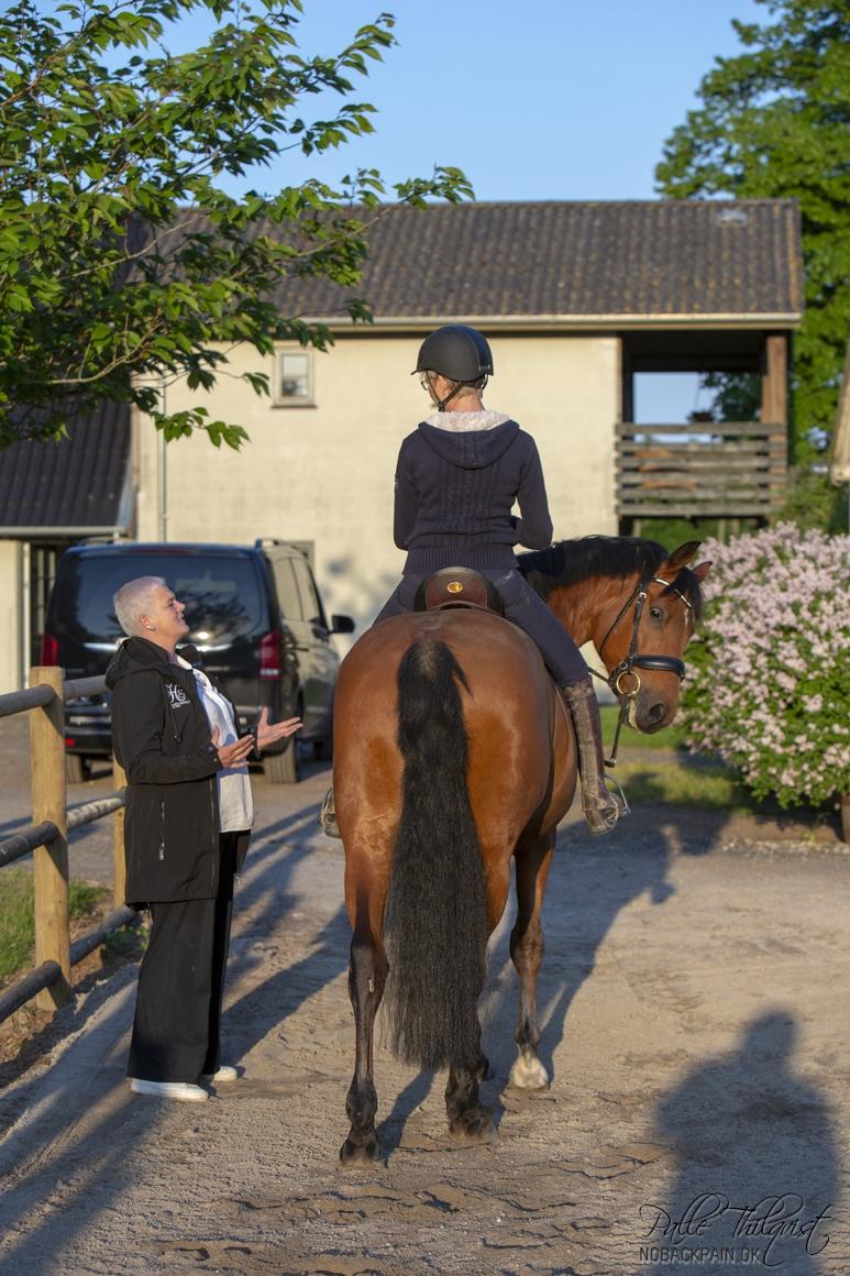 Kriemhild fortæller hvor lidt forandring der skal til og hvor vigtigt det er at rytteren kan sidde i balance.